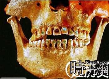 鑲滿寶石的史前牙齒